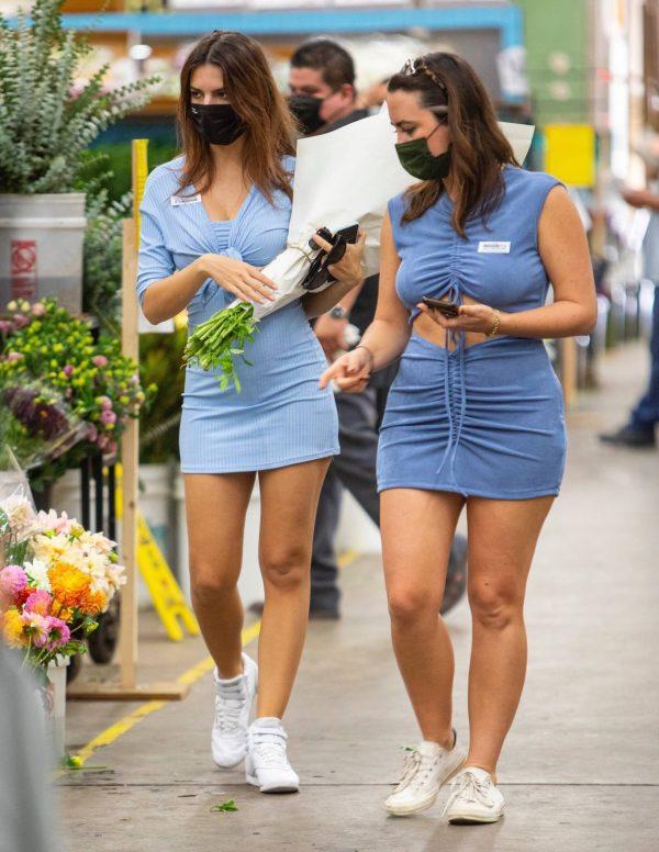 Pregnant Emily Ratajkowski Seen at a flower market in Los Angeles 38