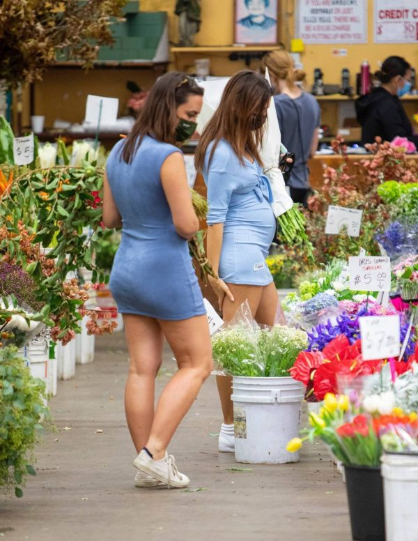 Pregnant Emily Ratajkowski Seen at a flower market in Los Angeles 42
