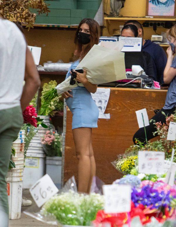 Pregnant Emily Ratajkowski Seen at a flower market in Los Angeles 43