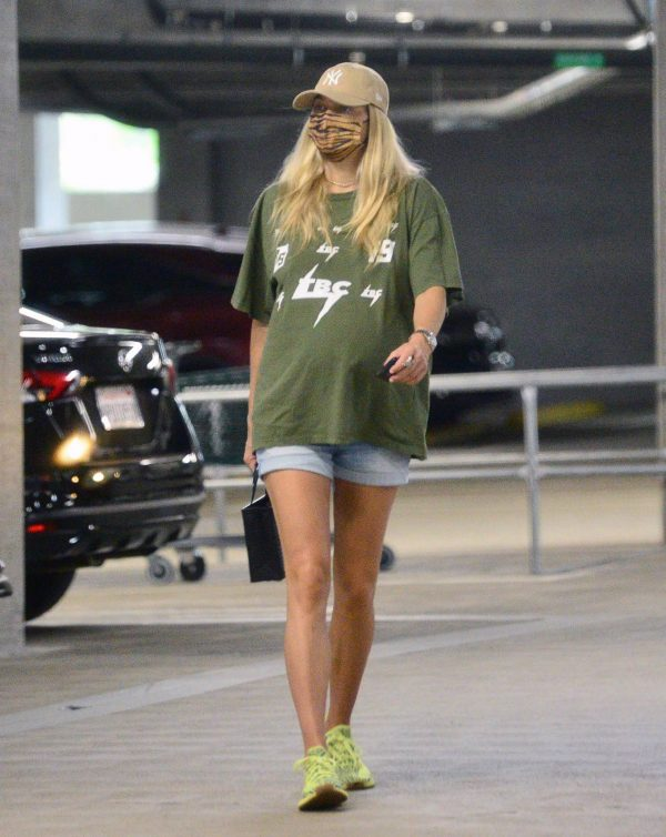 Pregnant Jessica Hart Seen shopping with her mom in Los Angeles 07