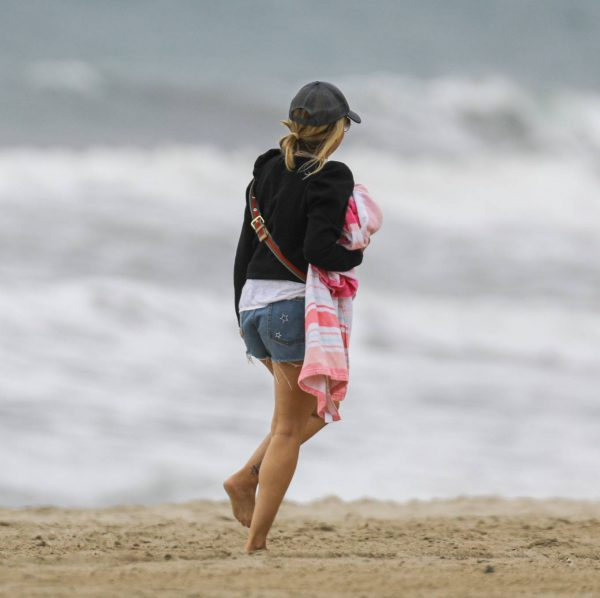 Sarah Michelle Gellar Pictured on the beach in Malibu 19