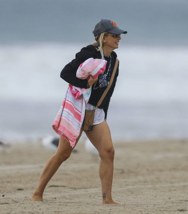 Sarah Michelle Gellar Pictured on the beach in Malibu 25