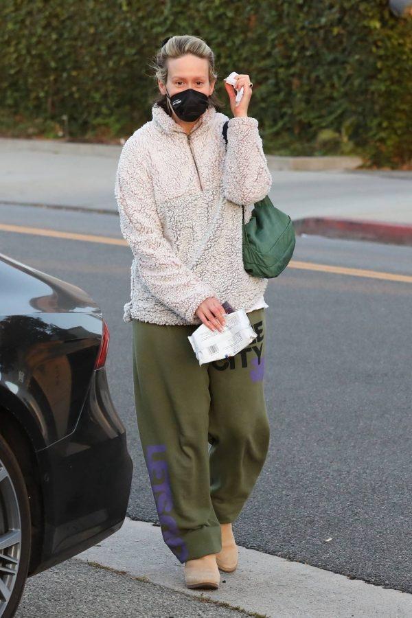 Sarah Paulson Seen leaving the Balayage by Nancy Braun hair salon in Beverly Hills 02