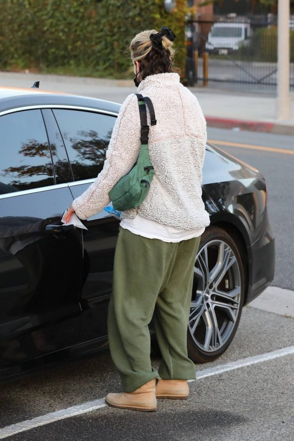 Sarah Paulson Seen leaving the Balayage by Nancy Braun hair salon in Beverly Hills 06