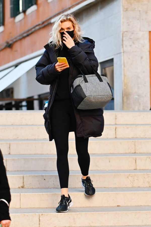 Vanessa Kirby Heads to get a COVID 19 test to film Mission Impossible 7 in Venice 05