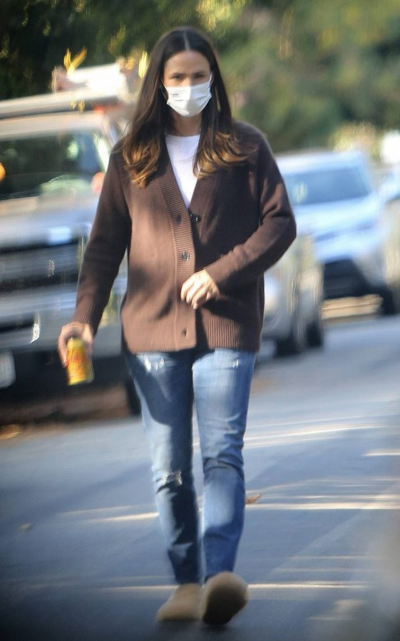 Jennifer Garner Walk in her neighborhood in Los Angeles 04