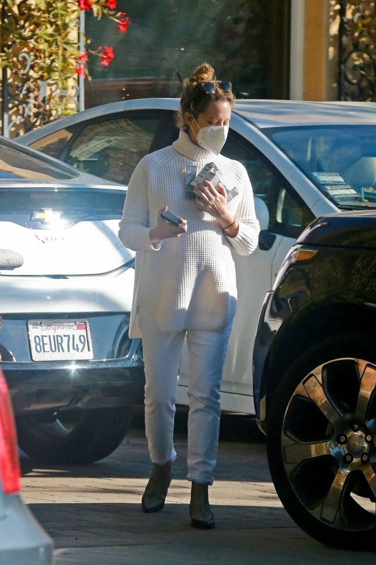 Ashley Tisdale Running errands in Los Angeles 05