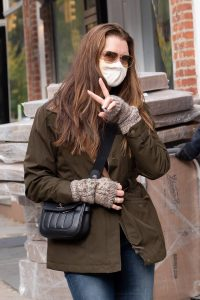 Brooke Shields Shows a peace sign in New York 01