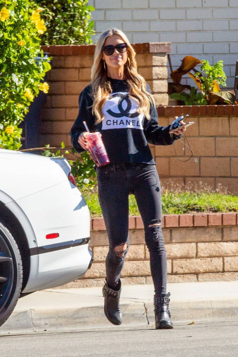 Christina Anstead running errands 02
