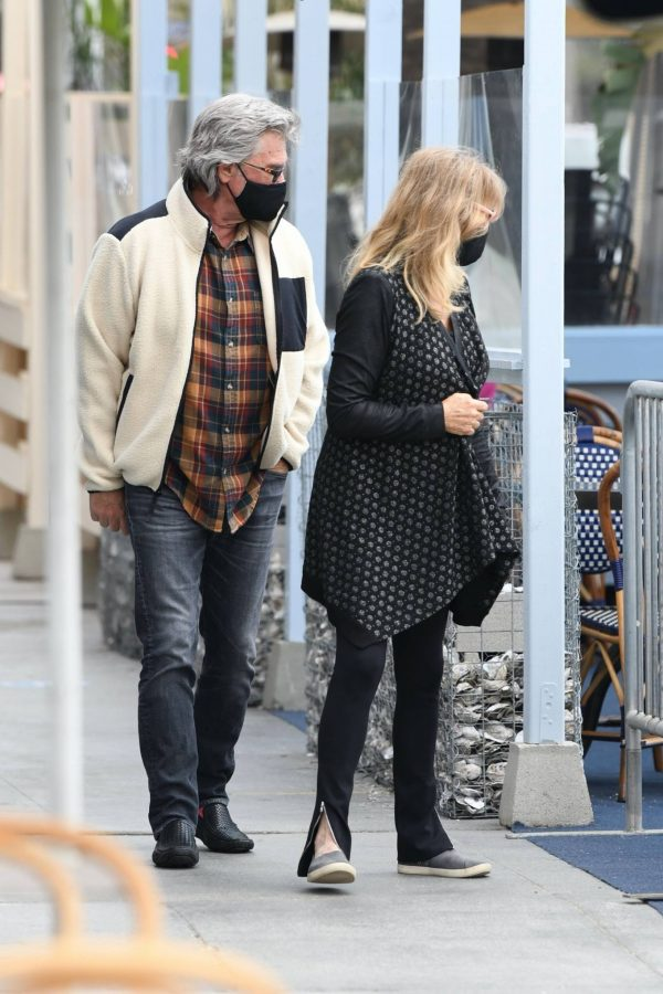 Goldie Hawn And husband Kurt Russell go out for a lunch in Santa Monica 04