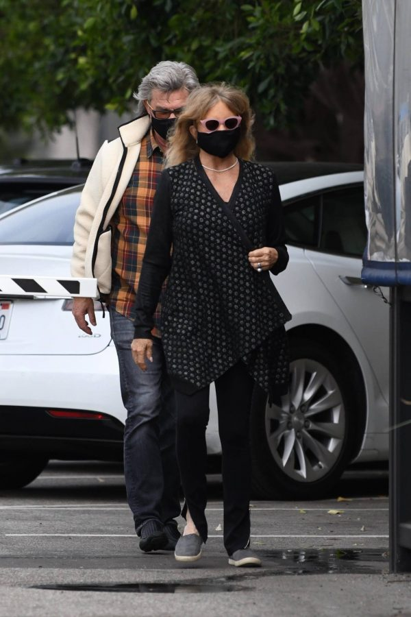 Goldie Hawn And husband Kurt Russell go out for a lunch in Santa Monica 10