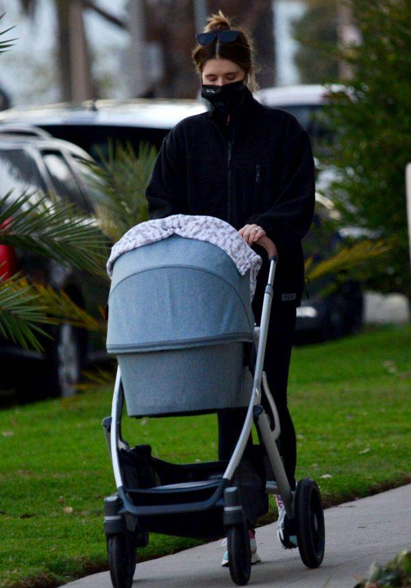 Katherine Schwarzenegger Takes her daughter Lyla Maria Pratt for a walk in Santa Monica 04