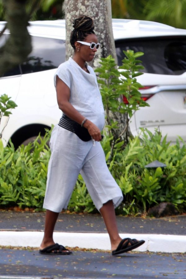 Kelly Rowland out for a walk in Hawaii 06 1