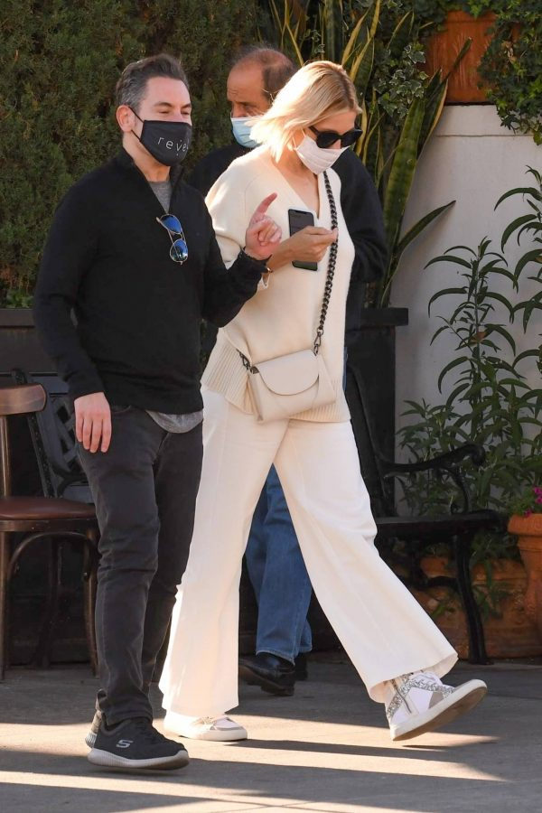 Kelly Rutherford lunch at Porta Via restaurant in Beverly Hills 08
