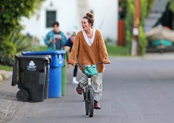 Lena Headey Riding a bicycle in Los Angeles 02