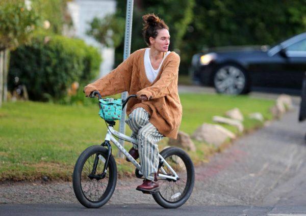Lena Headey Riding a bicycle in Los Angeles 06