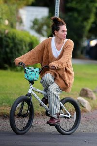 Lena Headey Riding a bicycle in Los Angeles 09