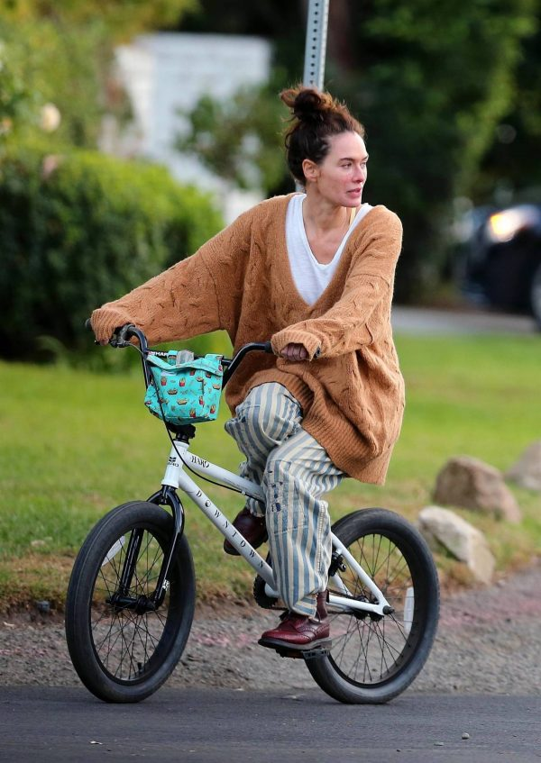 Lena Headey Riding a bicycle in Los Angeles 09