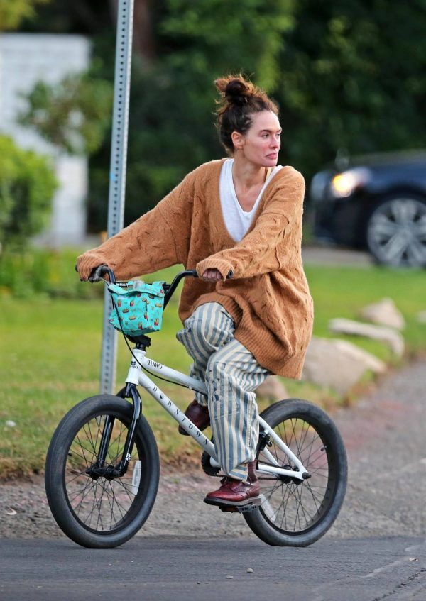 Lena Headey Riding a bicycle in Los Angeles 12
