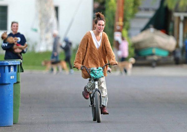 Lena Headey Riding a bicycle in Los Angeles 13