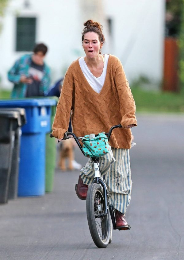 Lena Headey Riding a bicycle in Los Angeles 14