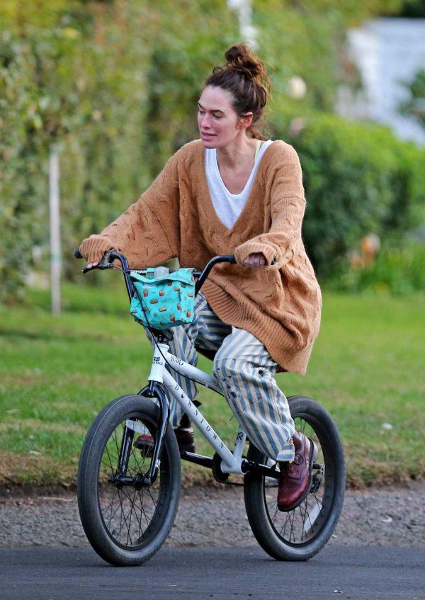 Lena Headey Riding a bicycle in Los Angeles 16