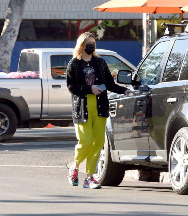 Mischa Barton Running errands in Los Angeles 06