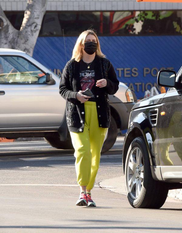 Mischa Barton Running errands in Los Angeles 12