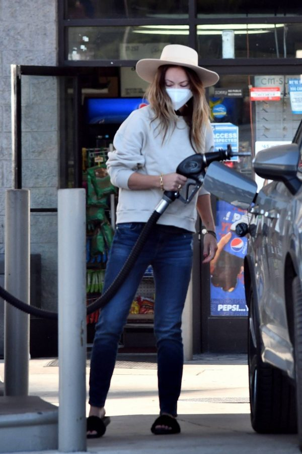 Olivia Wilde Seen at a gas station in Los Angeles 02