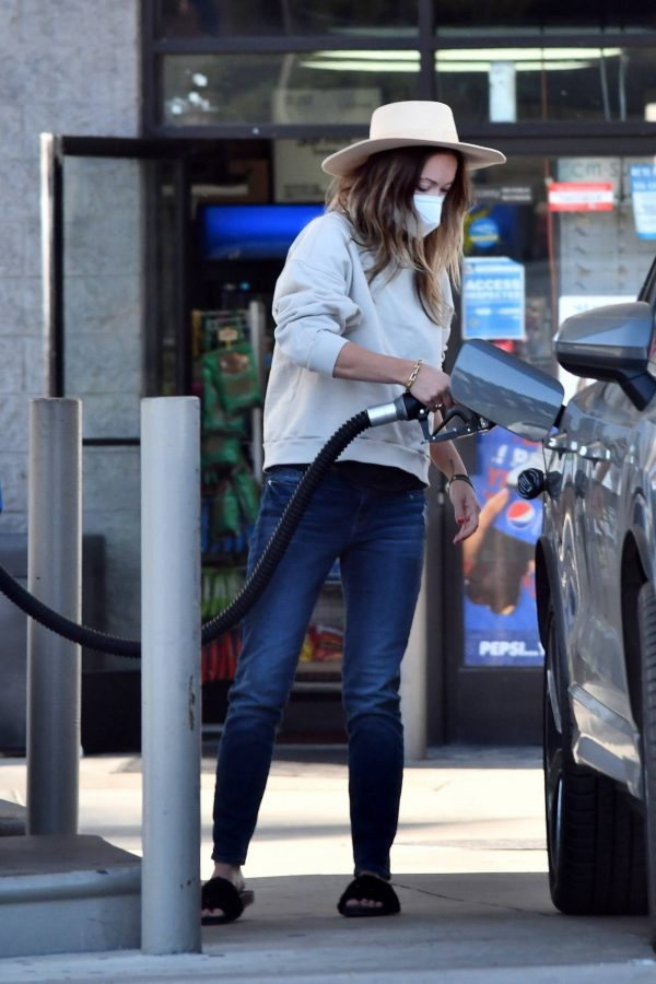 Olivia Wilde Seen at a gas station in Los Angeles 08