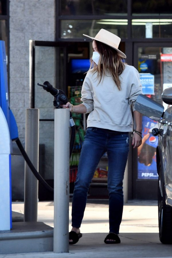 Olivia Wilde Seen at a gas station in Los Angeles 09