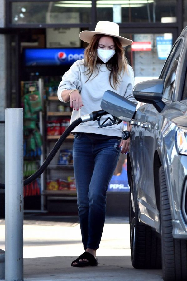 Olivia Wilde Seen at a gas station in Los Angeles 11