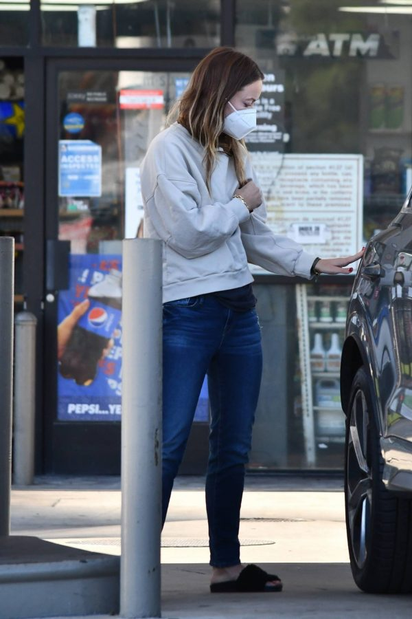 Olivia Wilde Seen at a gas station in Los Angeles 12