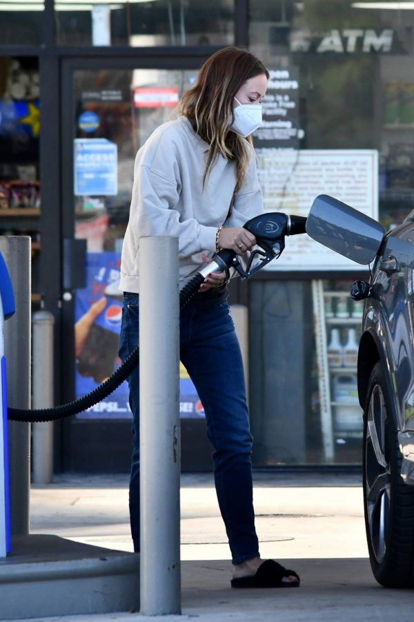 Olivia Wilde Seen at a gas station in Los Angeles 13