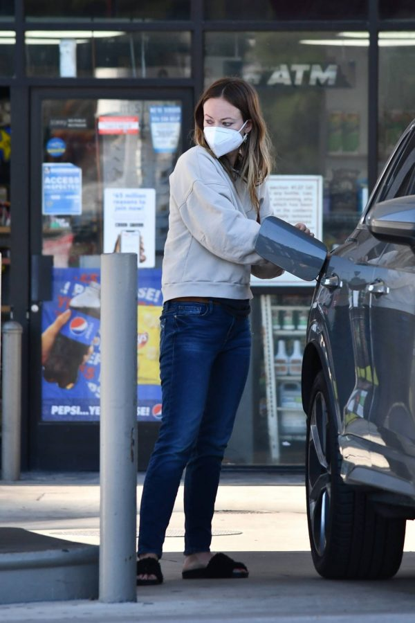 Olivia Wilde Seen at a gas station in Los Angeles 15