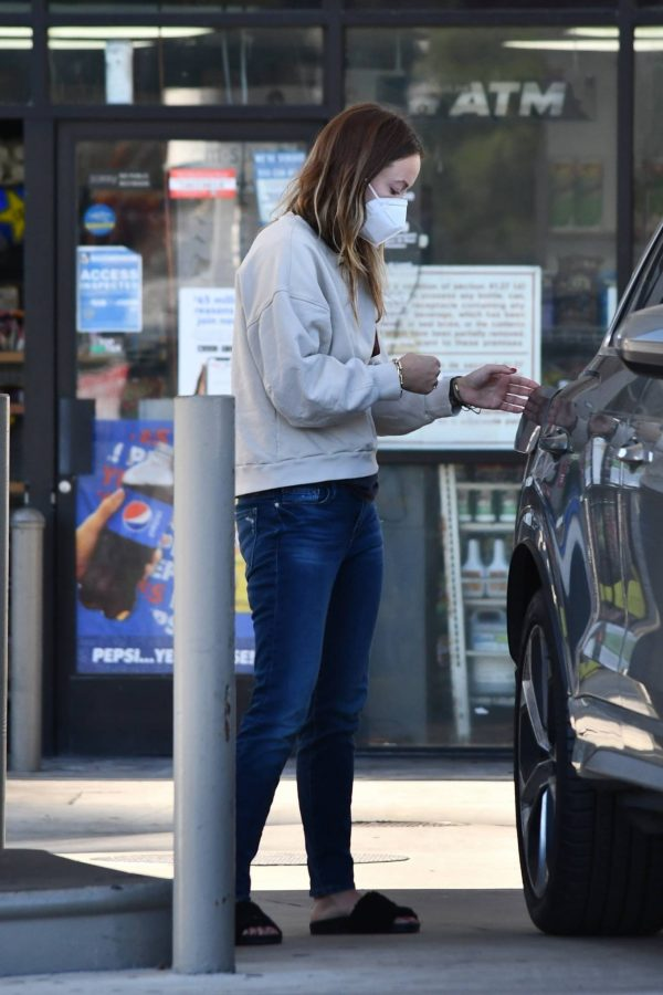 Olivia Wilde Seen at a gas station in Los Angeles 18
