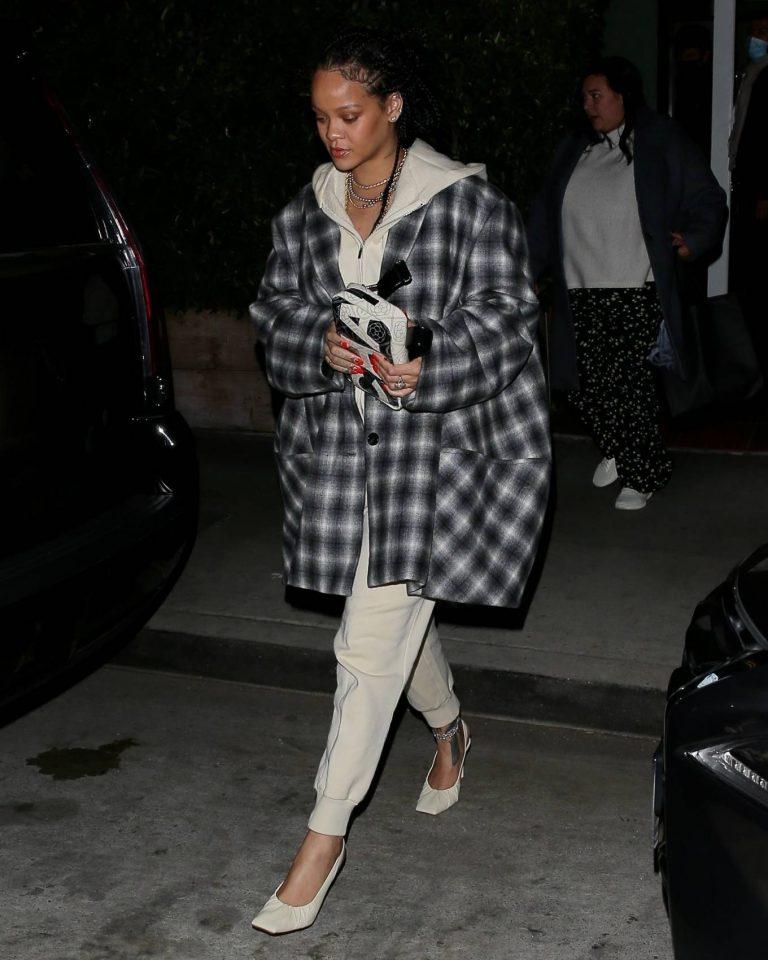 Rihanna Make up free in Santa Monica 07