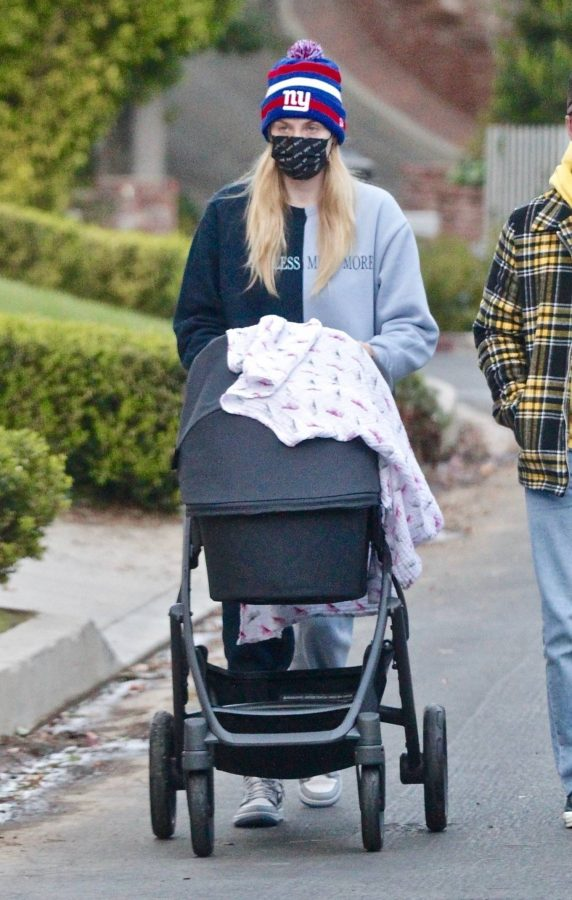 Sophie Turner Stroll with daughter Willa in Los Angeles 02