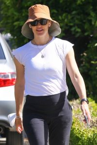 Jennifer Garner Steps out for a solo walk in the Palisades 02