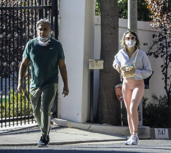 Jessica Alba Spotted while walking with her dad in Beverly Hills 05