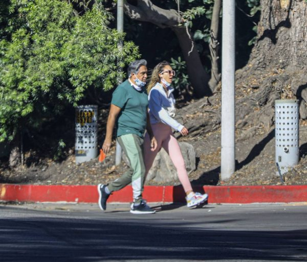 Jessica Alba Spotted while walking with her dad in Beverly Hills 08