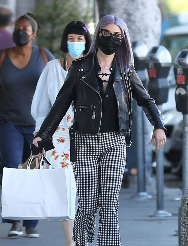 Kelly Osbourne Giving a homeless man some cash while she is out shopping in Larchmont Village 01