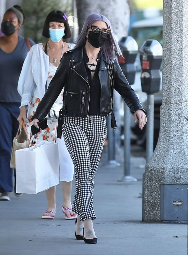 Kelly Osbourne Giving a homeless man some cash while she is out shopping in Larchmont Village 02