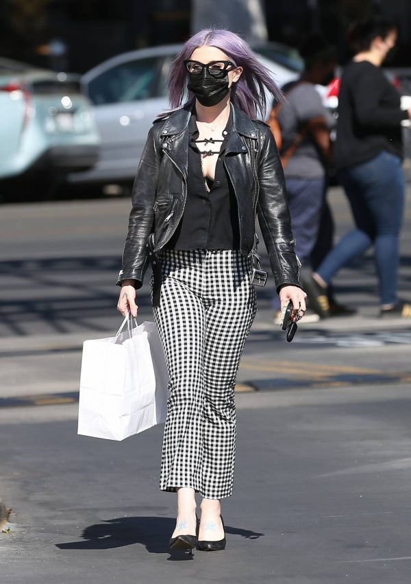 Kelly Osbourne Giving a homeless man some cash while she is out shopping in Larchmont Village 03