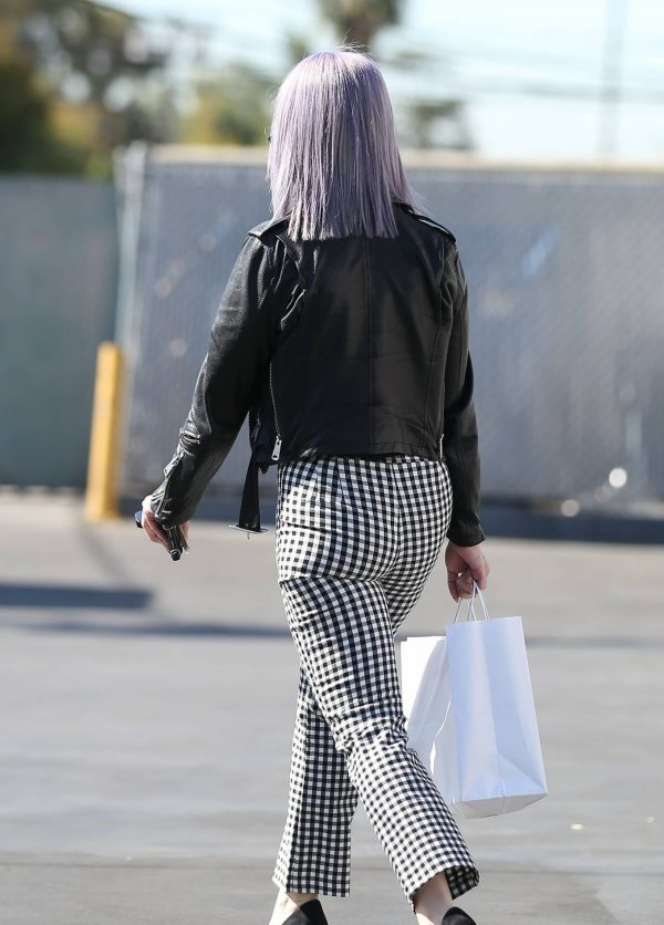 Kelly Osbourne Giving a homeless man some cash while she is out shopping in Larchmont Village 04