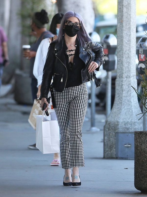 Kelly Osbourne Giving a homeless man some cash while she is out shopping in Larchmont Village 05