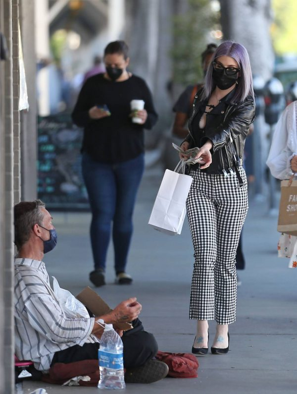 Kelly Osbourne Giving a homeless man some cash while she is out shopping in Larchmont Village 06