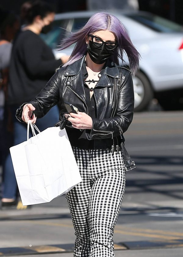 Kelly Osbourne Giving a homeless man some cash while she is out shopping in Larchmont Village 08